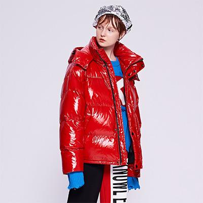 红色亮光幻彩羽绒服